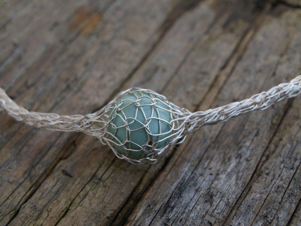 EM Kin Keramik Kugel - eingestrickt in Silberdraht